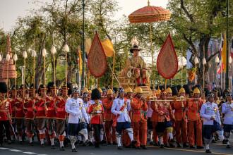 Noul rege al Thailandei cărat pe străzile din Bangkok. Funcţionari aduși pentru a face figuraţie