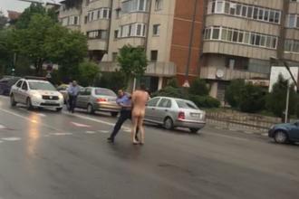 Bărbat complet dezbrăcat alergat de polițiști pe o stradă din Rm. Vâlcea