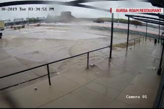 Momentul în care un local proaspăt inaugurat este inundat de apele fluviului Mississippi