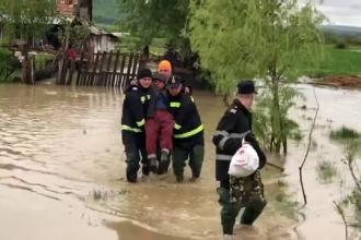 Localități din mai multe județe, afectate de inundații. Un copil de 4 ani a fost luat de apă