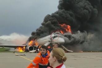 Momentul în care copilotul se întoarce în avionul cuprins de flăcări în Moscova. VIDEO