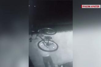 Momentul în care 2 tineri fură o bicicletă din curtea unui vecin. Imaginile devenite virale