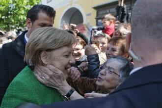 Angela Merkel, pupată de o bătrânică în Sibiu