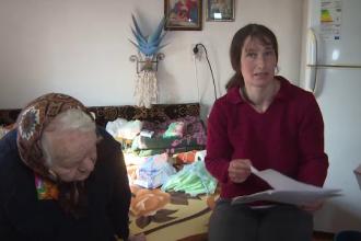 Asistenţi ai persoanelor cu handicap, trimişi în şomaj pentru că primăria nu mai are bani