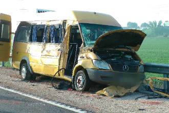 Accident grav în Ungaria. Un microbuz românesc s-a lovit frontal cu un camion