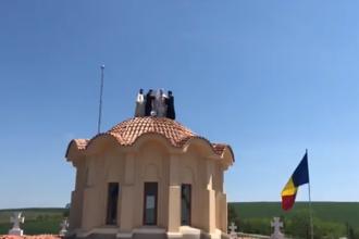 ÎPS Teodosie, cocoțat pe turla unei biserici ca să-i sfințească crucile. VIDEO