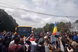 Autocarele PSD blocate de protestatari culcaţi pe asfalt, la Galați. VIDEO