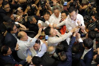 Violenţe în parlamentul din Hong Kong. Un parlamentar a fost luat pe targă. VIDEO