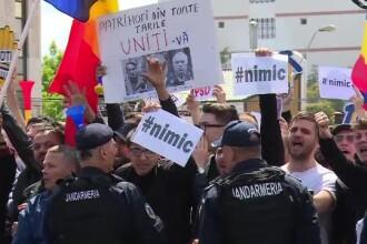 Protestatarii din Galați au aruncat mărunțis manifestanților PSD, după miting