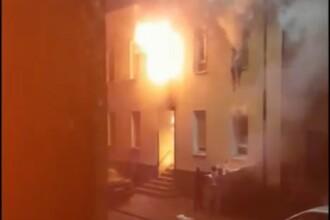 Video dramatic. Oamenii se aruncă pe geam dintr-un bloc în flăcări, în Germania