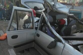 O Dacie s-a făcut praf în urma impactului cu o remorcă, în Giurgiu. 4 oameni la spital