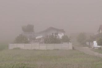 Nor uriaș de cenușă la marginea unui oraș. Localnicii, forțați să rămână în case