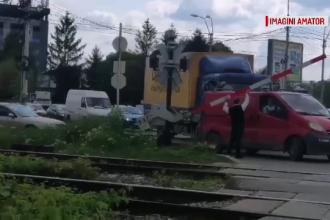 Imagini incredibile la Bacău. Mecanicul de locomotivă oprește și mută șoferul oprit aproape de linie