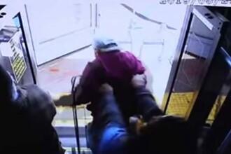 Momentul în care o tânără omoară un bărbat, împingându-l din autobuz. VIDEO
