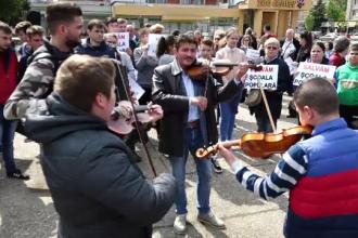 Protest la Baia Mare. Profesorii și elevii se tem că Școala Populară de Artă va fi închisă