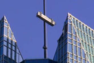 Video cu platforma unor alpiniști utilitari scăpată de sub control la 300 m altitudine