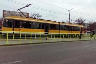 O femeie fost acroşată şi târâtă de un tramvai, în Iași. Fusese prinsă între uși