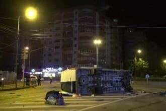 Un microbuz cu 16 oameni s-a răsturnat în Bacău. Pasagerii spun că șoferul vorbea la telefon