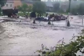 Străzi inundate în Târgu Jiu după o ploaie torențială. Apa a ajuns și la jumătate de metru