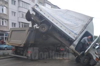 """Accident ciudat la Fălticeni. Cum s-a """"cocoțat"""" o furgonetă pe bena unui camion"""
