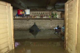 Orașul Bistrița, inundat de 3 zile. Apele revărsate de canalizări au ajuns în pivnițe