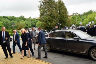 """Dăncilă a fost așteptată de protestatari în Zalău: """"Nu am de ce să mă tem"""""""
