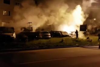 Maşinile din faţa unui bloc, incendiate noaptea. Ar putea fi vorba de o răzbunare