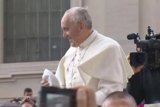 O creatoare româncă a făcut haine pentru Papa Francisc. Unde și-a găsit inspirația