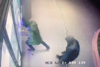 Înregistrarea momentului în care 2 indivizi aruncă în aer un bancomat din Capitală