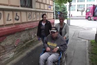 S-a răsturnat cu scaunul cu rotile pe rampa improvizată instalată la școală. Explicația IȘJ Sibiu