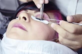 Buze pline, pomeți ciopliți și implanturi mamare. De ce ajung să semene între ele femeile care se operează