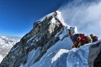 """""""Săptămâna morții"""" pe Everest. Momentul uluitor cu 300 de oameni în șir indian pe munte"""