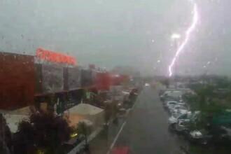 Un bărbat din București a filmat momentul în care un fulger lovește în apropierea sa.VIDEO