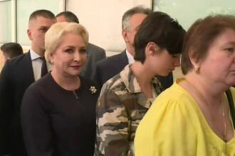 """Premierul a stat la coadă ca să voteze. Dăncilă a fost certată de un votant: """"Bătaie de joc!"""""""