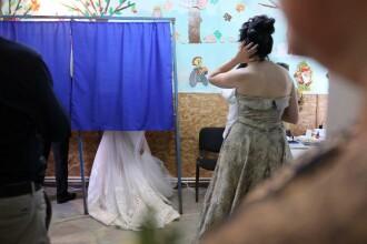 O mireasă din Alba a votat în ziua nunţii. A venit la urne în rochia albă