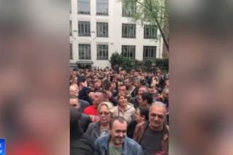 """Românii din Germania scandează în fața secției de votare. """"Mai sunt o mie de oameni"""""""