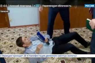Momentul în care un politician trântește la pământ un jurnalist. VIDEO