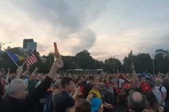 Piața Victoriei: oamenii au deschis șampanii: