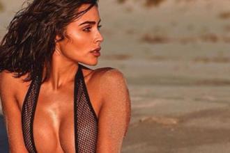 Fostă Miss Univers, topless și acoperită cu un șarpe pe plajă. GALERIE FOTO