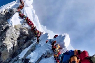 """11 alpiniști au decedat pe Everest în această primăvară. Care este """"zona mortală"""""""