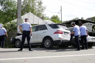 Femeie care stătea pe o bancă, spulberată de o mașină scăpată de sub control