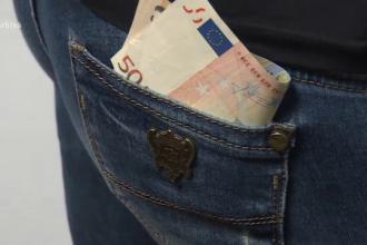 Trei proxeneți reținuți. Suma de bani descoperită de polițiști în casele lor