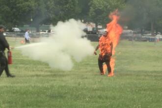 Momentul în care un bărbat și-a dat foc în apropiere de Casa Albă. FOTO
