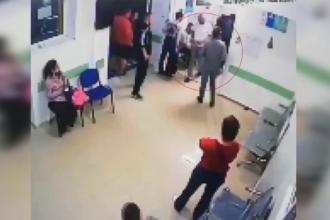 Un medic din Roman a fost lovit de un pacient nervos. Momentul a fost filmat