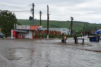 Cod portocaliu de inundaţii pe râuri din 16 judeţe, până duminică la ora 14:00