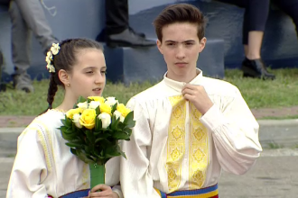 Cine sunt cei doi copii care i-au oferit flori Papei Francisc la sosirea în România