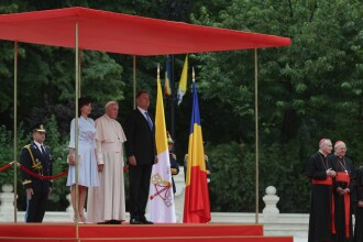 VIDEO. Momentul în care Papa Francisc salută în română soldații. Cum l-a ajutat Iohannis