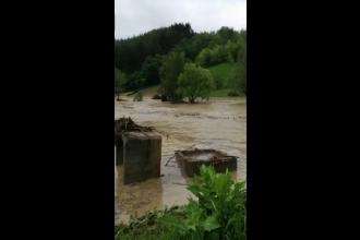 12 localităţi sub ape, în Prahova. Viitura i-a luat toţi cei patru copii unei femei