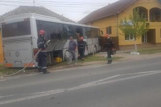 Accident violent în Timiș. Un autocar plin cu oameni a lovit o mașină și a intrat într-o casă