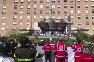 Medicii dintr-un spital din Torino, aplaudați la scenă deschisă de polițiști și ambulanțieri